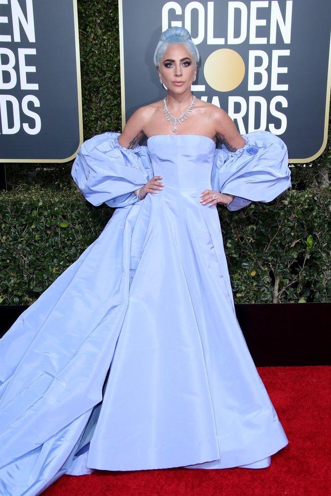 Herečka a zpěvačka Lady Gaga na předávání Zlatých glóbů v šatech Valentino Couture