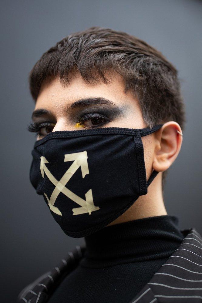 Roušky se staly nedílnou součástí i letošních fashion weeků