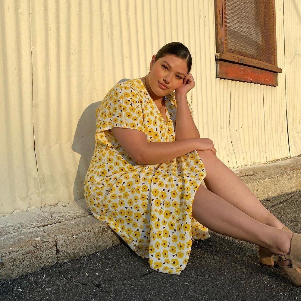Modelka Vanessa Romo v šatech od Katie Sturino x Stitch Fix
