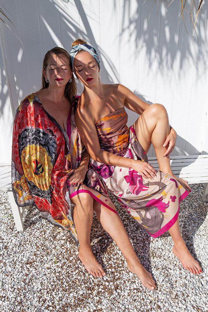 Modelka vlevo šátek s motivem Červená karkulka a Otesánek; Modelka vpravo top z šátku s motivem O Smolíčkovi, sukně motiv Otesánek