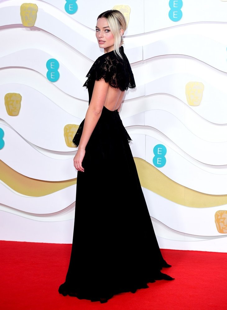 Margot Robbie na předávání cen BAFTA v šatech Chanel