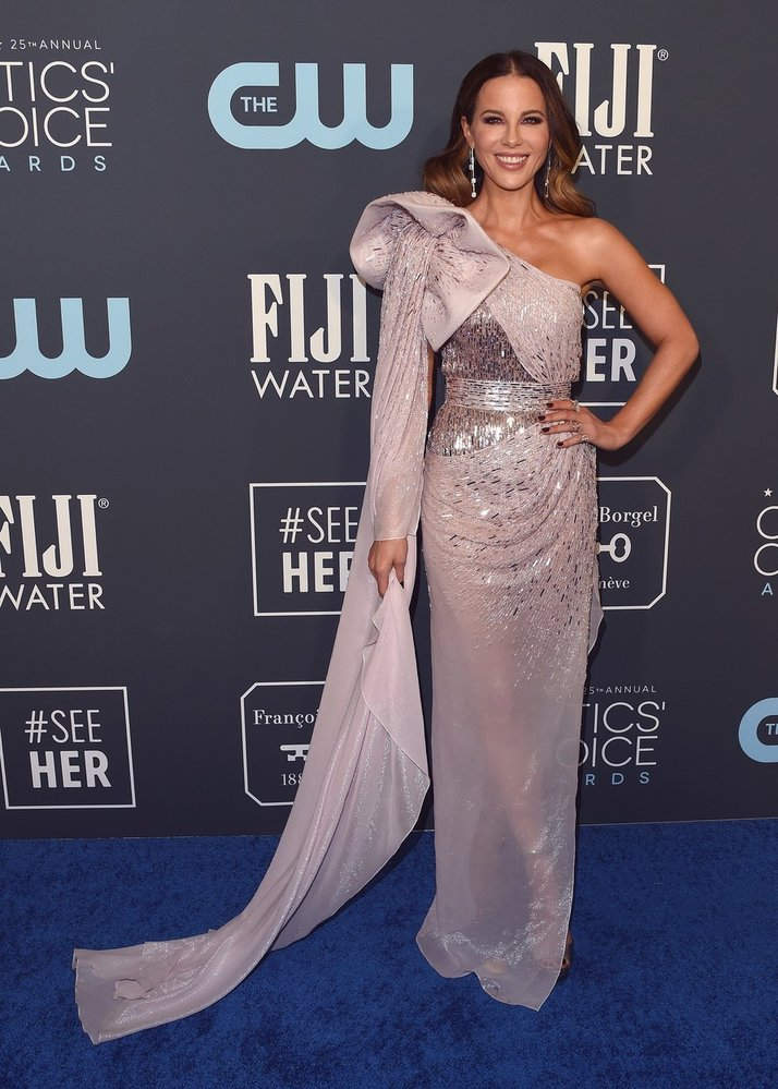 Kate Beckinsale na předávání cen Critics' Choice Awards v šatech Julien Macdonald
