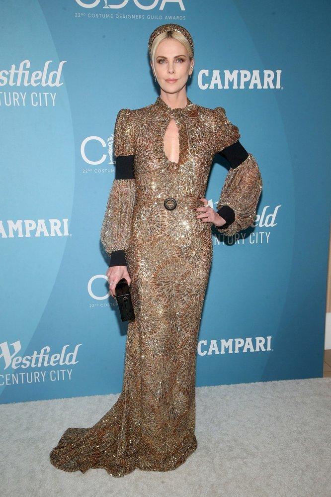 Charlize Theron na předávání cen Costume Designers Guild Awards v šatech Louis Vuitton