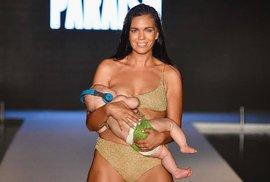 Modelka během předvádění plavek na molu kojila svou pětiměsíční dceru!