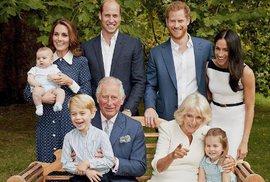 Puntíkaté šaty vévodkyně Kate na rodinném snímku. Tyto ženy je měly dřív!