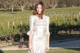 Celebrity se zamilovaly do šatů, které navrhuje žena Nicka Cavea. Kde seženete podobné?