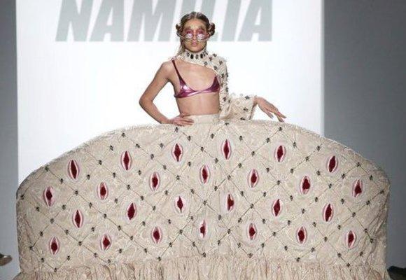 Šaty s genitáliemi, modelka s břichem a další nejzvláštnější momenty NYFW