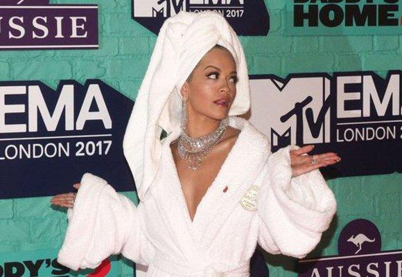 Další módní tabu pokořeno: Rita Ora vyrazila na červený koberec v županu