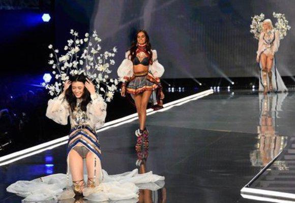 Modelka upadla na přehlídce Victoria's Secret. Reakce byly úžasné!