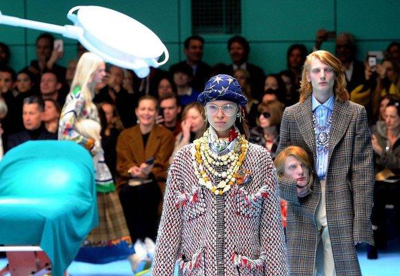 Přehlídka Gucci v Miláně překonala vše: Modelové nesli v ruce vlastní hlavu!