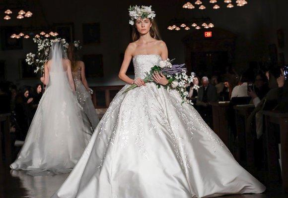 Bridal fashion week 2019: 8 trendů, které příští rok ovládnou svatební šaty