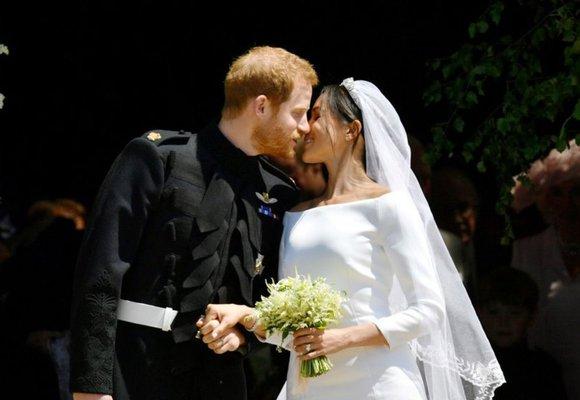Velká nádhera! Nevěsta Meghan Markle překvapila v šatech Givenchy!