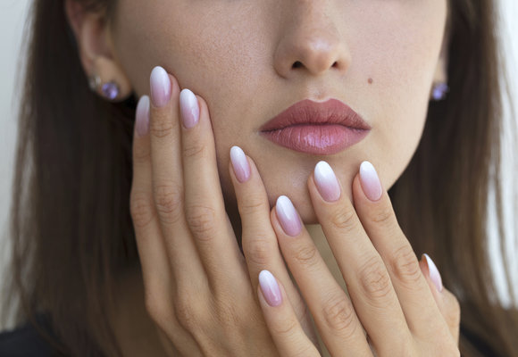 Ombré manikúra: Jak si udělat stínované nehty doma?