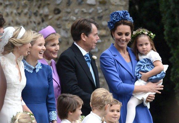 Šaty & kabátky, které oblékla vévodkyně Kate na cizích svatbách!
