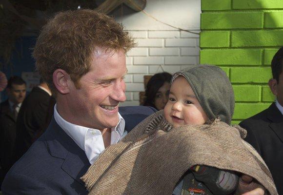 Princ Harry & děti: Podívejte se, jak mu to s nimi sluší!