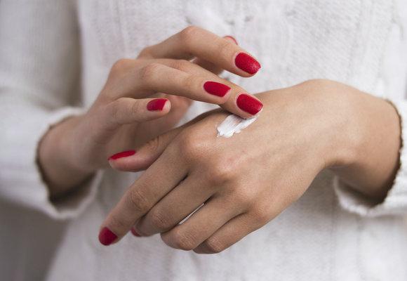 Nejlepší krémy na ruce, které je ochrání před zimou. Našly jsme je!