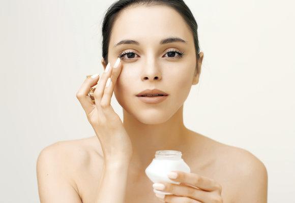 Nejlepší oční krémy: Které vás spolehlivě zbaví vrásek i kruhů pod očima?