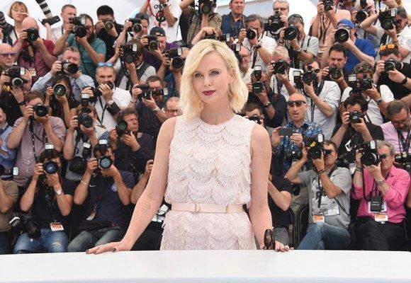 Charlize Theron změnila image: Z blondýnky je brunetka s ofinou!