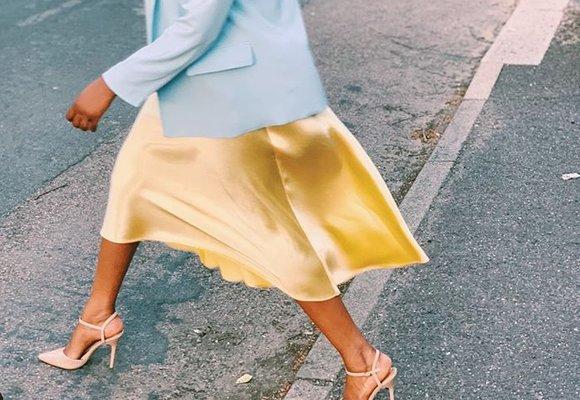 S čím nosit saténovou sukni: 3 jednoduché kombinace, které si zamilujete!