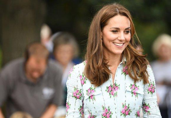 Šaty s růžemi à la vévodkyně Kate. Kde seženete podobně krásné?
