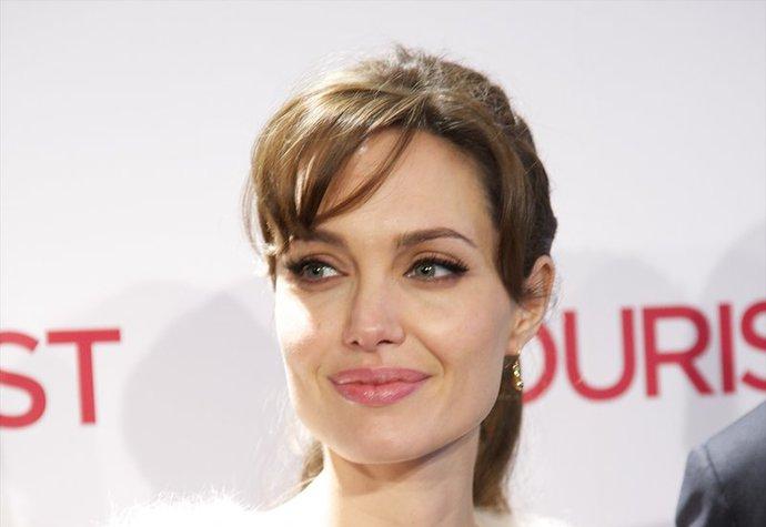 FOTO: Dvojnice Angeliny Jolie je od slavné herečky k nerozeznání! Uhádnete, která je která?