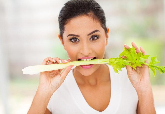 Celer je plný vitaminů skupiny B, prospívá kůži, rostou po něm krásně vlasy a nehty.