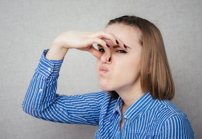 Jak se zbavit zápachu z úst, nohou nebo potu?