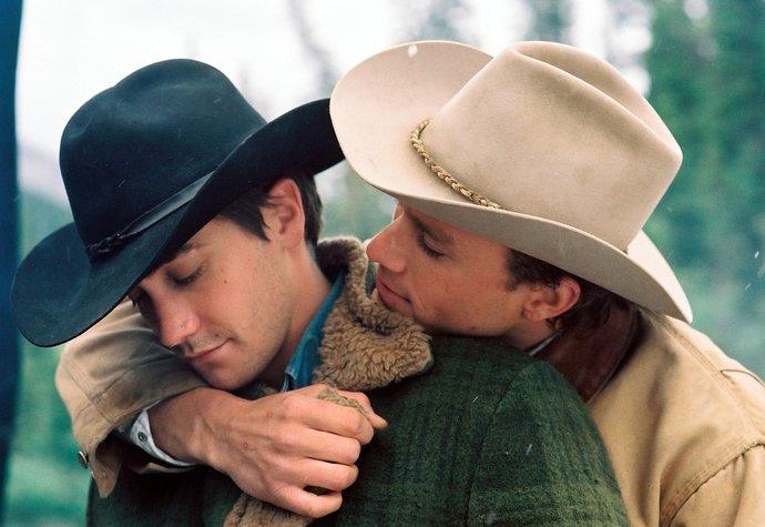 Trochu jiný druh lásky, ale rozhodně ne o nic méně intenzivní. Jake Gyllenhaal a Heath Ledger ve filmu Zkrocená hora (2005)