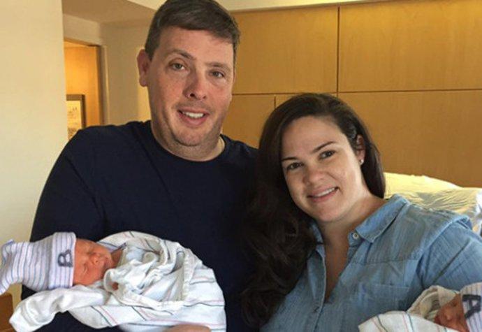 Dvojče, které se narodilo o hodinu dříve, je nakonec mladší. Rozumíte tomu?