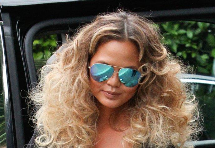 Kudrnatý vlasový trend Christy Teiger