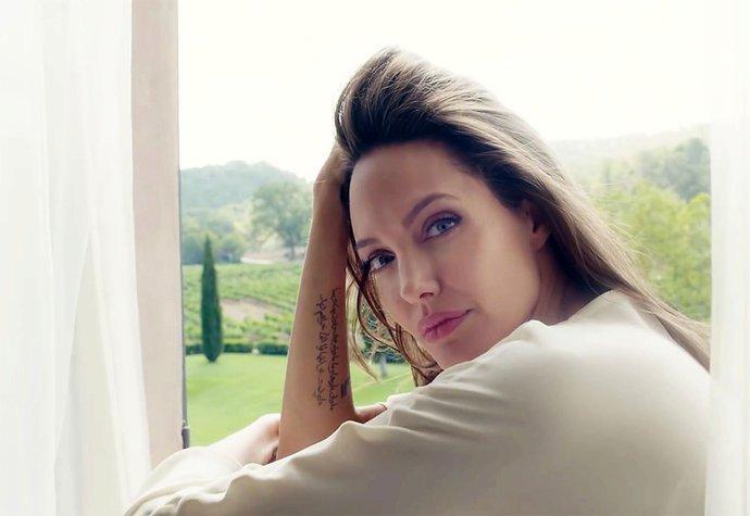 Angelina Jolie v nové reklamě na parfém
