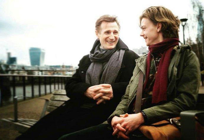 Liam Neeson a Thomas Brodie-Sangster při natáčení pokračování Lásky nebeské v roce 2017