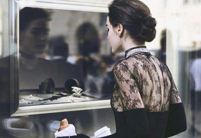 8ac607fc53 Móda ze Snídaně u Tiffanyho inspirovala nádhernou svatební kolekci ...