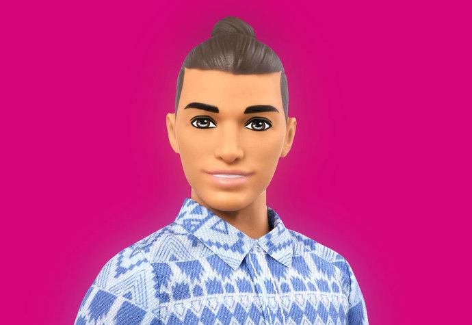 Ken dostává nový look. Je z něj hipster s bříškem a drdůlkem