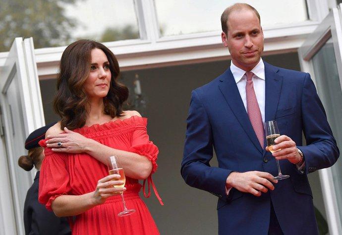 Kate Middleton v Berlíně oblékla šaty s odhalenými rameny