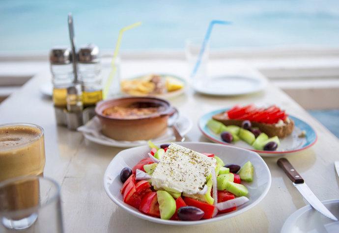 Středomořská dieta dovoluje tučné jídlo i víno a přesto zhubnete. Jak na ni?