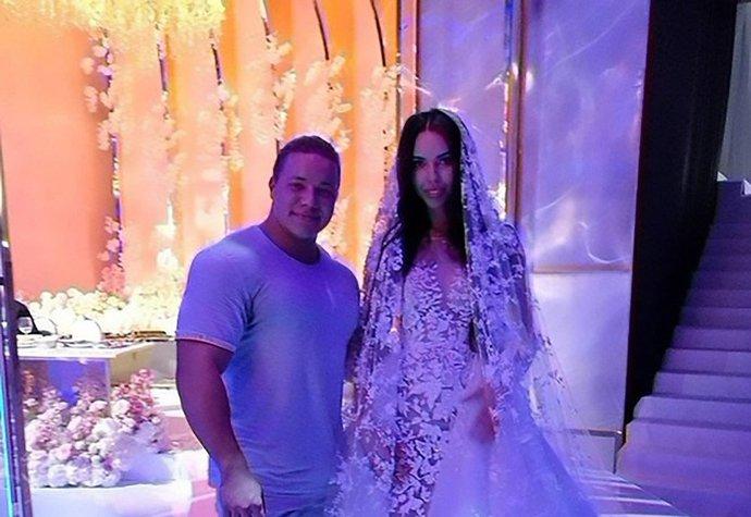 Jessica průvodce po rande na temné straně svatební šaty