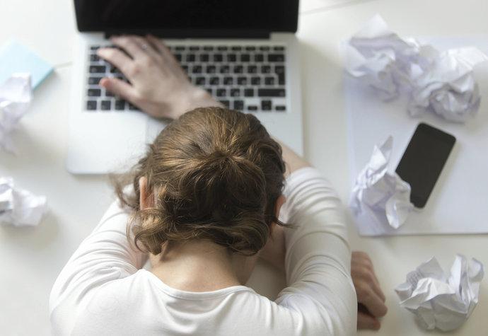Spíte 8 hodin, a přesto jste unavení? Známe příčiny i kdy jde o únavový syndrom