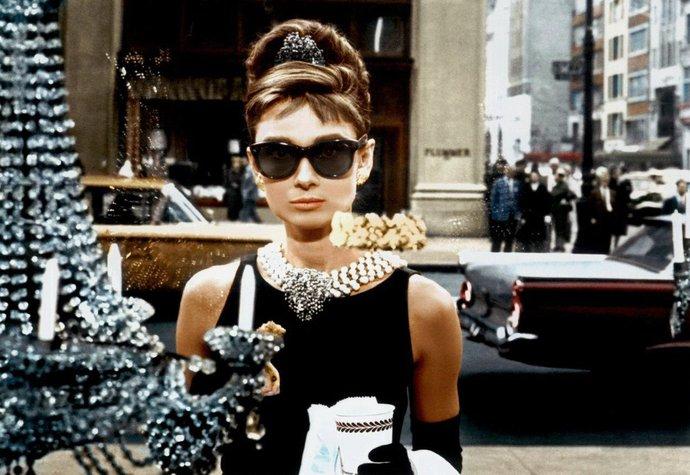 Audrey Hepburn v úvodní scéně Snídaně u Tiffanyho