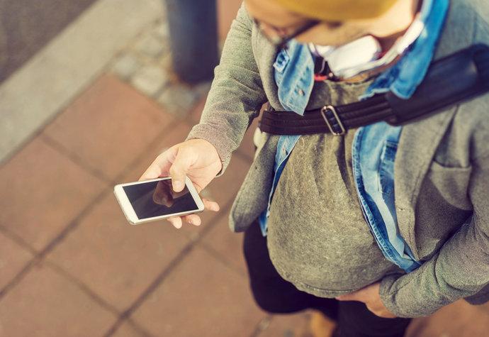 SmartPhone Zombies: Nebezpeční pro sebe i okolí. Patříte mezi ně?