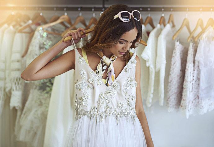 Nejkrásnější svatební šaty – minimalistické i krajkové  a53586ec4f