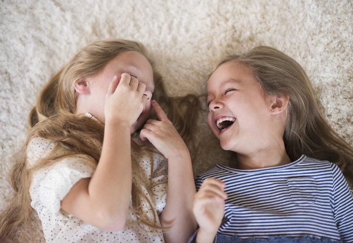 Vědecky ověřeno: Kdo má sestru, je šťastnější a lépe řeší konflikty!