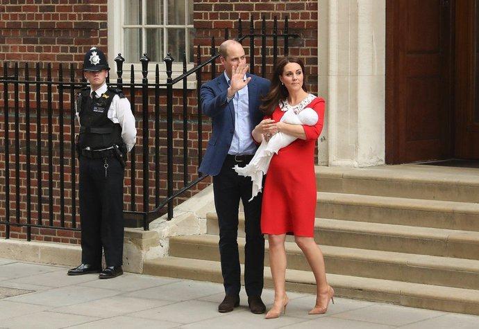 Vévodkyně Kate v šatech Jenny Packham