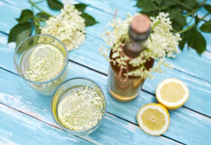 Bezová sezóna: Uvařte si voňavý sirup z květů, který léčí i osvěžuje!