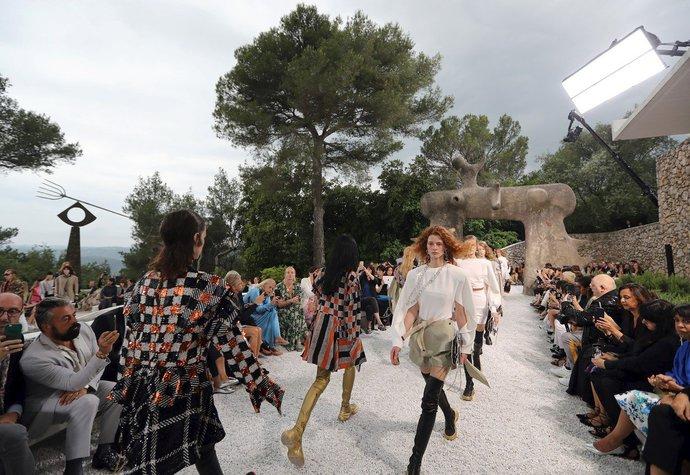 Módní dům Louis Vuitton najal kvůli počasí na přehlídku šamana. Vyšlo to?