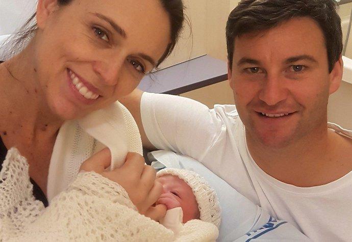 Novozélandská premiérka porodila dceru, doma s ní bude šest týdnů