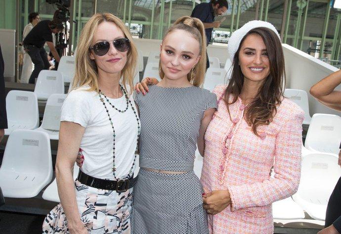Celebrity na přehlídkách Dior   Chanel  Všechny zastínila nádherná ... 910e1a545d