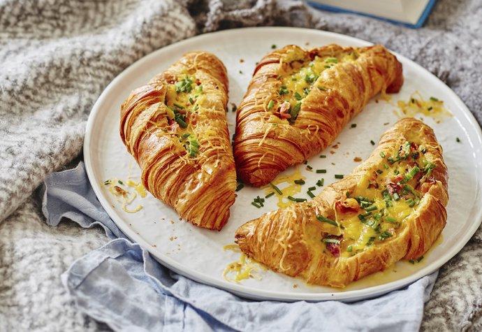 Snídaně pro jedlíky: Croissanty plněné slaninou a čedarem!