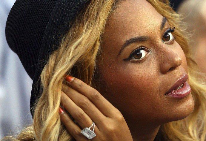 Když Jay-Z v roce 2008 požádal Beyoncé o ruku, vytasil se s 18karátovým prstenem za 5 milionů dolarů (cca 105 milionů korun)
