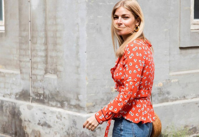 Dánská influencerka a stylistka Miel Juel v blůze Ganni